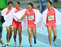 陸上男子400メートルリレー決勝で2位になって銀メダルを獲得し、喜ぶ(左から)山県亮太、ケンブリッジ飛鳥、桐生祥秀、飯塚翔太=リオデジャネイロの五輪スタジアムで2016年8月19日、小川昌宏撮影