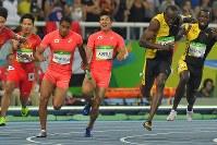 陸上男子400メートルリレー決勝で桐生祥秀(中央奥)からバトンを受けるアンカーのケンブリッジ飛鳥(同手前)。右手前はジャマイカの最終走者ウサイン・ボルト=リオデジャネイロの五輪スタジアムで2016年8月19日、和田大典撮影