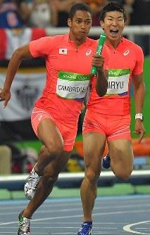 陸上男子400メートルリレー決勝で桐生祥秀(右)からバトンを受けるアンカーのケンブリッジ飛鳥=リオデジャネイロの五輪スタジアムで2016年8月19日、和田大典撮影