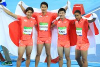陸上男子400メートルリレー決勝2位となり日の丸を手に笑顔の日本、(左から)山県亮太、飯塚翔太、桐生祥秀、ケンブリッジ飛鳥=リオデジャネイロの五輪スタジアムで2016年8月19日、梅村直承撮影