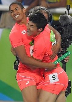 陸上男子400メートルリレー決勝で銀メダルを獲得し、喜ぶ桐生祥秀(右)とケンブリッジ飛鳥=リオデジャネイロの五輪スタジアムで2016年8月19日、和田大典撮影