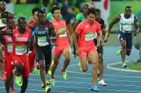 陸上男子400メートルリレー決勝で第1走者の山県亮太(中央左)からバトンを渡され走り出す第2走者の飯塚翔太(同右)=リオデジャネイロの五輪スタジアムで2016年8月19日、小川昌宏撮影