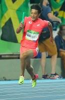 陸上男子400メートルリレー決勝、力走する第1走者の山県亮太=リオデジャネイロの五輪スタジアムで2016年8月19日、小川昌宏撮影