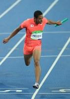 陸上男子400メートルリレー決勝、2位でフィニッシュする日本のアンカー、ケンブリッジ飛鳥=リオデジャネイロの五輪スタジアムで2016年8月19日、梅村直承撮影