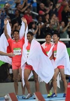 陸上男子400メートルリレー決勝で2位になり、笑顔を見せる(左から)飯塚翔太、ケンブリッジ飛鳥、山県亮太、桐生祥秀=リオデジャネイロの五輪スタジアムで2016年8月19日、三浦博之撮影