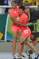 陸上男子400メートルリレーで銀メダルを獲得し、喜ぶケンブリッジ飛鳥(左)と桐生祥秀=リオデジャネイロの五輪スタジアムで2016年8月19日、和田大典撮影