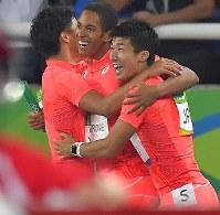 陸上男子400メートルリレーで銀メダルを獲得し、喜ぶ(右から)桐生祥秀、ケンブリッジ飛鳥、山県亮太=リオデジャネイロの五輪スタジアムで2016年8月19日、和田大典撮影