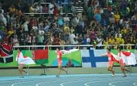陸上男子400メートルリレー決勝で2位になって銀メダルを獲得し、日の丸を背に場内を走る(左から)飯塚翔太、桐生祥秀、山県亮太、ケンブリッジ飛鳥=リオデジャネイロの五輪スタジアムで2016年8月19日、小川昌宏撮影