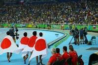 陸上男子400メートルリレー決勝で2位になって銀メダルを獲得し、日の丸を背に場内を走る(左から)山県亮太、桐生祥秀、飯塚翔太、ケンブリッジ飛鳥=リオデジャネイロの五輪スタジアムで2016年8月19日、小川昌宏撮影