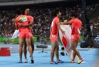陸上男子400メートルリレー決勝で2位になって喜ぶ(左から)飯塚翔太、ケンブリッジ飛鳥、桐生祥秀、山県亮太=リオデジャネイロの五輪スタジアムで2016年8月19日、三浦博之撮影
