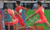 陸上男子400メートルリレーで第2走者の飯塚翔太(右)からバトンを受け取る第3走者の桐生祥秀=リオデジャネイロの五輪スタジアムで2016年8月19日、和田大典撮影