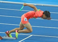 陸上男子400メートルリレー決勝でスタートする山縣亮太=リオデジャネイロの五輪スタジアムで2016年8月19日、梅村直承撮影