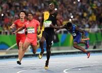 陸上男子400メートルリレー決勝、2位でフィニッシュする日本のケンブリッジ飛鳥(左から2人目)=リオデジャネイロの五輪スタジアムで2016年8月19日、三浦博之撮影