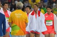陸上男子400メートルリレーでウサイン・ボルト(右奥)らジャマイカに次いで2位となり、笑顔で競技場内をまわる(左から)山県亮太、ケンブリッジ飛鳥、桐生祥秀、飯塚翔太=リオデジャネイロの五輪スタジアムで2016年8月19日、和田大典撮影