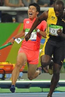 陸上男子400メートルリレーで第3走者を務めた桐生祥秀=リオデジャネイロの五輪スタジアムで2016年8月19日、和田大典撮影