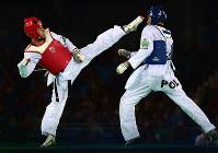 リオ五輪テコンドー男子68キロ級でポーランドの選手(右)を攻撃するベルギーの選手=ゲッティ