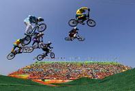 リオ五輪自転車BMXの準々決勝で競い合う選手=ゲッティ