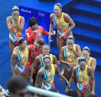 銅メダルを井村雅代ヘッドコーチ(中央左)と喜び合う日本の選手たち=リオデジャネイロのマリア・レンク水泳センターで2016年8月19日、梅村直承撮影