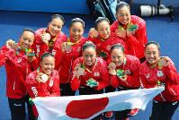 銅メダルを獲得し喜ぶ日本チーム=リオデジャネイロのマリア・レンク水泳センターで2016年8月19日、小川昌宏撮影