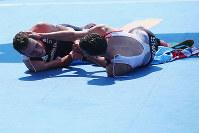 リオ五輪トライアスロン男子で、1位と2位でゴールした直後に健闘をたたえあうブラウンリー兄弟=ゲッティ