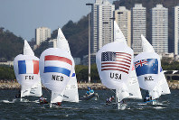 リオ五輪セーリング女子470級メダルレースで競い合う各国の船艇=ゲッティ
