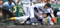 【秀岳館―北海】一回表秀岳館1死三塁、打者・木本のとき、暴投で松尾が本塁を狙うがタッチアウト(投手・大西)=阪神甲子園球場で2016年8月20日、喜屋武真之介撮影
