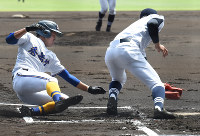 【秀岳館―北海】一回表秀岳館1死三塁、打者・木本のとき、暴投で松尾が本塁を狙うがタッチアウト(投手・大西)=阪神甲子園球場で2016年8月20日、平川義之撮影