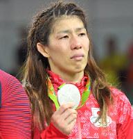 レスリングの女子フリースタイル53キロ級で銀メダルを獲得した吉田沙保里=リオデジャネイロのカリオカアリーナで2016年8月18日、和田大典撮影