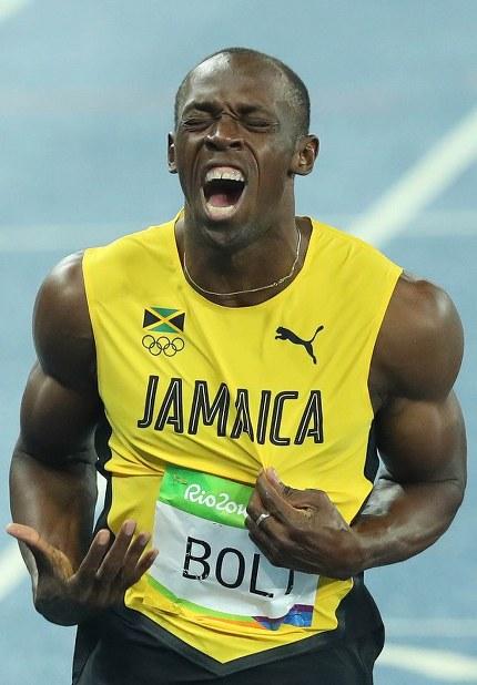 陸上男子200メートル決勝、1位でフィニッシュするジャマイカのウサイン・ボルト=リオデジャネイロの五輪スタジアムで2016年8月18日、小川昌宏撮影