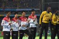 男子400メートルリレー決勝の表彰式で金メダルのジャマイカのウサイン・ボルト(右から2人目)らと記念撮影に応じる、銀メダルを獲得した(左から)ケンブリッジ飛鳥、桐生祥秀、飯塚翔太、山県亮太=リオデジャネイロの五輪スタジアムで2016年8月20日、三浦博之撮影