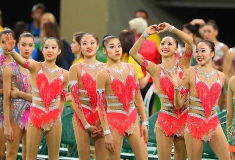 団体での決勝進出を決め、声援に応える日本の選手たち=リオデジャネイロのリオ五輪アリーナで2016年8月20日、小川昌宏撮影