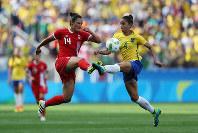 リオ五輪サッカー女子3位決定戦で競り合うカナダの選手(左)とブラジルの選手=ゲッティ