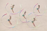 リオ五輪新体操団体予選・リボンで演技するロシアの選手=ゲッティ
