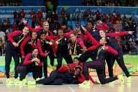 リオ五輪バスケットボール女子のメダル授与式でおどける優勝した米国の選手=ゲッティ