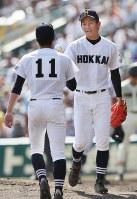 【作新学院―北海】多間にボールを渡して降板する北海の先発・大西(右)=阪神甲子園球場で2016年8月21日、幾島健太郎撮影