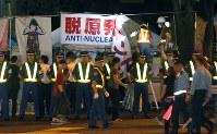 撤去される脱原発運動をしている市民団体のテント=東京都千代田区で2016年8月21日午前3時58分、宮武祐希撮影
