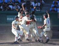 優勝し喜び合う作新学院の選手たち=阪神甲子園球場で2016年8月21日、須賀川理撮影