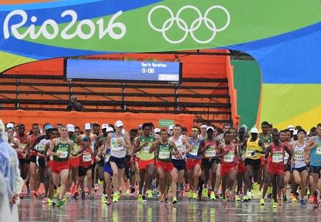 男子マラソン、一斉にスタートする選手たち=リオデジャネイロのサンボドロモ発着周回コースで2016年8月21日、三浦博之撮影