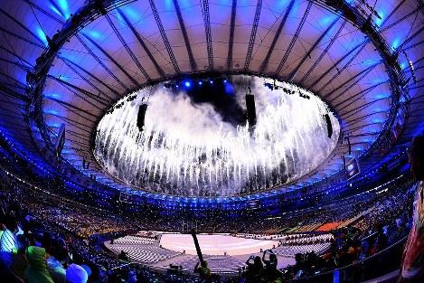 閉会式のオープニングで打ち上げられた花火=リオデジャネイロのマラカナン競技場で2016年8月21日午後8時1分、三浦博之撮影
