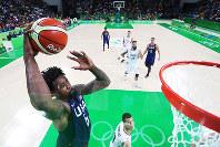 リオ五輪バスケットボール男子決勝で、ダンクシュートを放つ米国のデアンドレ・ジョーダン=ゲッティ