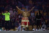 リオ五輪閉会式のステージではねるトンガの旗手のピッタ・タウファトフア。左は伊調馨=ゲッティ