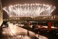 リオ五輪閉会式で会場のマラカナン競技場から打ち上がった花火=ゲッティ