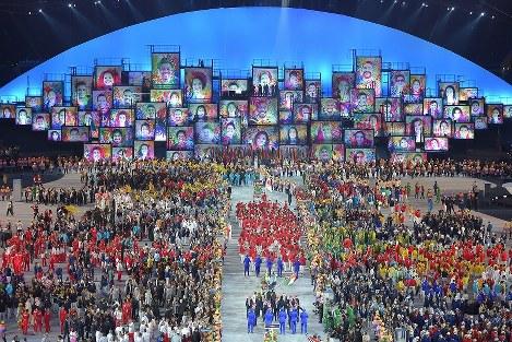 開会式でたくさんの笑顔の絵が日本選手団を迎えた=リオデジャネイロのマラカナン競技場で2016年8月5日、和田大典撮影
