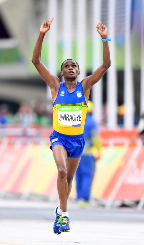 男子マラソン決勝、99位でフィニッシュするウィラギエ・アンブロワーズ=リオデジャネイロのサンボドロモ発着周回コースで2016年8月21日、三浦博之撮影