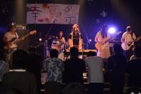 観客の前で演奏を披露する高校生バンド=郡山市で