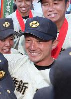 選手に囲まれて笑顔を見せる小針崇宏監督=阪神甲子園球場で21日、幾島健太郎撮影