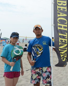 荻荘さん(右)と妻麻美さん=新潟市西区で