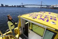 レインボーブリッジを見ながら東京湾と隅田川をつなぐ「東京ウォータータクシー」=山本晋撮影
