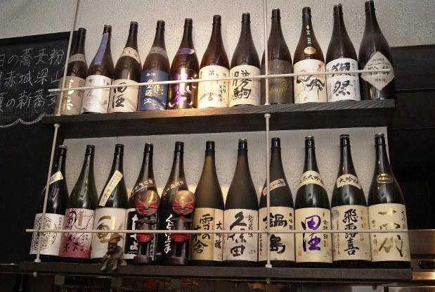 日本酒は常時10〜12種ほどの銘柄をそろえる。なくなり次第、順次入れ替えていく