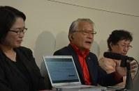 県に要望書を提出後、記者会見する「311甲状腺がん家族の会」代表世話人の河合弘之弁護士(左)ら=福島市杉妻町の県庁で